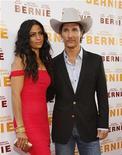 """<p>Matthew McConaughey le propuso matrimonio a la modelo Camila Alves, su pareja desde hace años y madre de sus dos hijos, indicó el actor en la página de famosos Whosay.com. En la foto de archivo, McConaughey y Alves posan en el estreno mundial de """"Bernie"""" en Los Angeles. Jun 16, 2011. REUTERS/Mario Anzuoni</p>"""