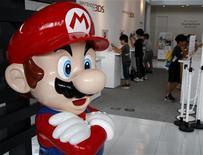 <p>Foto de archivo de una estatua del personaje Mario de Nintendo en el salón de muestras de la firma en Tokio, jul 28 2011. Nintendo vendió en el 2011 más de cuatro millones de consolas Nintendo 3DS en Estados Unidos y más de 4,5 millones de la Wii. REUTERS/Toru Hanai</p>