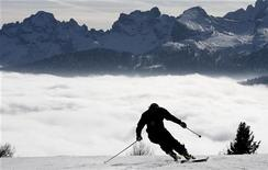 <p>A competitor makes a training run before the second run of the women's World Cup Giant slalom ski event in Cortina d'Ampezzo, north Italy January 21, 2007. REUTERS/Stefano Rellandini</p>