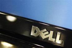 """<p>Imagen de archivo del logo de la firma Dell impreso sobre un ordenador portátil de la firma en Phoenix, feb 18 2010. Dell Inc, el tercer más grande fabricante del mundo de computadoras personales, utilizará sus """"fuertes flujos de caja"""" para realizar adquisiciones que estimulen su crecimiento, dijo el lunes su presidente ejecutivo, Michael Dell. REUTERS/Joshua Lott</p>"""