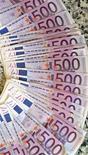 <p>La France a émis lundi 8,59 milliards d'euros de dette à court terme, dans le haut des objectifs annoncés (7,4-8,7 milliards) et à des taux moyens pondérés stables, voire en baisse. Les effets de la dégradation par S&P de la note long terme de la France, qui était déjà intégrée par les marchés, seront davantage mesurables lors de l'adjudication, jeudi, d'un montant compris entre 6,5 et 8,0 milliards de dettes à deux, trois et cinq ans et entre 1,0 et 1,5 milliard de titres indexés sur l'inflation française et sur celle de la zone euro. /Photo d'archives/REUTERS/Andrea Comas</p>