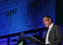 <p>Le déclassement par Standard & Poor's de la note du Fonds européen de stabilité financière de AAA à AA+, dans la foulée de celle de la France, n'aura guère d'impact sur les opérations de financement du fonds tant que les deux autres grandes agences de notation ne suivront pas S&P, estime Klaus Regling, directeur général du FESF. /Photo prise le 13 octobre 2011/REUTERS/Hugo Correia</p>