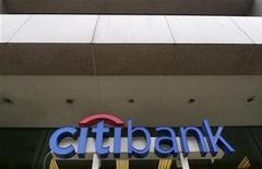 <p>Citigroup est à suivre mardi à Wall Street, après la publication de ses résultats du quatrième trimestre, durant lequel la troisième banque américaine a vu son bénéfice reculer de 11% à 1,16 milliard de dollars. /Photo d'archives/REUTERS/Larry Downing</p>