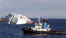 <p>Una squadra di soccorso si avvicina alla Costa Concordia, naufragata venerdì 13 gennaio davanti all'Isola del Giglio. REUTERS/Max Rossi</p>