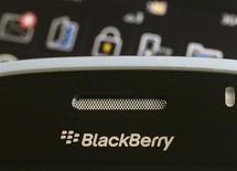 <p>Imagen de archivo de un teléfono móvil Blackberry en Hong Kong, ago 12 2010. Las acciones de Research In Motion llegaron a saltar más de un 10 por ciento el martes, luego de que un blog de tecnología publicó que el fabricante de BlackBerry está buscando activamente ser comprado por la surcoreana Samsung Electronics. REUTERS/Bobby Yip (</p>