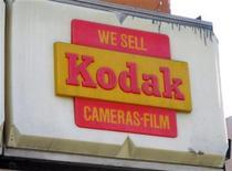 <p>Imagen de archivo de un anuncio de Kodak en una antigua tienda de Morgan Camera en Hollywood, ene 12 2012. Eastman Kodak Co, que inventó la cámara fotográfica de mano y ayudó a traer al mundo las primeras imágenes de la Luna, solicitó protección por bancarrota, una decisión que culmina una larga caída de la que sigue siendo una de las empresas más conocidas de Estados Unidos. REUTERS/Fred Prouser</p>