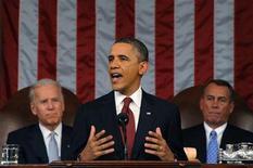 <p>El presidente de Estados Unidos, Barack Obama, con el vicepresidente Joe Biden (izquierda) y el presidente de la Cámara de Representantes, John Boehner (derecha) observando, pronuncia su discurso del Estado de la Unión en una sesión conjunta del Congreso en Washington, 24 enero del 2012. REUTERS/Saul Loeb/Pool (UNITED STATES)</p>