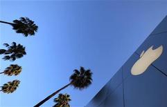 <p>Apple, dont les résultats sur les trois derniers mois de 2011 ont nettement dépassé les attentes à suivre mercredi sur les marchés américains. /Photo d'archives/REUTERS/Lucy Nicholson</p>