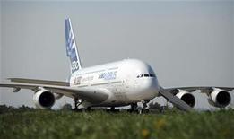 <p>Airbus a attribué l'apparition de fissures les ailes d'une série d'A380 à des défauts de conception et de fabrication et a dit mercredi avoir travaillé à l'élaboration d'une solution en deux étapes, tout en soulignant que son appareil pouvait continuer de voler en toute sécurité. /Photo prise le 14 août 2011/REUTERS/Nikolay Korchekov</p>