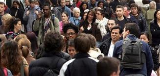 <p>La confiance des ménages a progressé d'un point en janvier, selon l'enquête mensuelle de l'Insee publiée jeudi. L'indicateur synthétique ressort à 81, après 80 en décembre. /Photo d'archives/REUTERS</p>