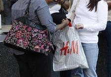 <p>H&M publie, contre toute attente, une baisse de son bénéfice imposable au quatrième trimestre de son exercice et juge que 2012 s'annonce difficile en raison d'une dégradation du contexte économique sur beaucoup de ses marchés. /Photo d'archives/REUTERS/Fred Prouser</p>