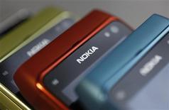 <p>Le groupe finlandais Nokia a livré un bénéfice supérieur aux attentes au titre du quatrième trimestre, même s'il a chuté de 73% alors que ses nouveaux smartphones équipés du système d'exploitation de Microsoft n'ont pas suffi à compenser l'érosion de ses modèles traditionnels. /Photo prise le 26 janvier 2012/REUTERS/Kacper Pempel</p>