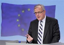 <p>Le commissaire européen aux Affaires économiques et monétaire Olli Rehn estime qu'il faut davantage de fonds publics pour pallier les insuffisances du deuxième plan de sauvetage accordé à la Grèce si les créanciers privés acceptent une décote de leurs titres obligataires grecs. L'Allemagne, la France et d'autres Etats de la zone euro s'y opposent pour le moment. /Photo prise le 11 janvier 2012/REUTERS/François Lenoir</p>