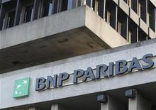 <p>BNP Paribas veut céder jusqu'à 11 milliards de dollars de prêts consentis à des compagnies pétrolières et gazières, rapporte vendredi le Financial Times. /Photo prise le 17 novembre 2011/REUTERS/Thierry Roge</p>