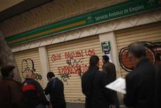 <p>Demandeurs d'emploi à Malaga, dans le sud de l'Espagne. Le pays connaît le chômage le plus élevé de l'Union européenne avec un taux de 22,9% au quatrième trimestre. /Photo prise le 27 janvier 2012/REUTERS/Jon Nazca</p>
