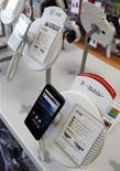 <p>Selon le cabinet d'études Strategy Analytics, les ventes mondiales de téléphones mobiles ont progressé de 11% au quatrième trimestre à 445 millions d'unités au profit d'Apple et de Samsung, et aux dépens de Nokia. /Photo prise le 31 août 2011/REUTERS/Danny Moloshok</p>