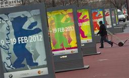 <p>Un hombre camina entre los afiches que avisan el próximo Festival de Cine de Berlín, 23 enero, 2012. La revuelta social y el despertar político serán los temas focales de la edición número 62 del Festival de Cine de Berlín, dijo el director Dieter Kosslick, puesto que las películas que abordan la primavera árabe y el accidente en la planta nuclear de Fukushima ocuparán un lugar central. REUTERS/Thomas Peter</p>