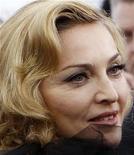 """<p>Imagen de archivo de la artista Madonna a su llegada al estreno de su filme """"W.E."""" en Nueva York, ene 23 2012. La canción """"Give Me All Your Luvin'"""", el primer sencillo del nuevo álbum de Madonna """"MDNA"""", saldrá el 3 de febrero, dos días antes de la presentación de la cantante en el Super Bowl. REUTERS/Mike Segar</p>"""