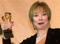 """<p>Foto de archivo de la actriz Shirley MacLaine durante la recepción de un Oso de Oro por su trayectoria en el Festival de Cine de Berlín, feb 18 1999. La actriz ganadora de un Oscar Shirley MacLaine se unirá al reparto de la exitosa serie de televisión británica """"Downton Abbey"""", anunció la cadena ITV. REUTERS/Fabrizio Bensch</p>"""