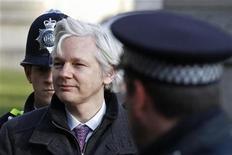 <p>El fundador de WikiLeaks, Julian Assange, a su llegada a la Corte Suprema de Londres, feb 2012. El fundador de WikiLeaks, Julian Assange, apeló el miércoles a la Corte Suprema de Gran Bretaña para que no lo extradite a Suecia por acusaciones de crímenes sexuales, una medida que podría sumir aún más en el olvido al sitio web que divulga información secreta. REUTERS/Stefan Wermuth</p>