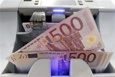 <p>Selon la dernière enquête Reuters, la BCE devrait laisser ses taux d'intérêt inchangés à l'issue de sa réunion de politique monétaire jeudi mais elle pourrait préparer le terrain à une baisse en mars, alors que la zone euro est menacée de récession par les retombées de la crise de la dette et par la situation en Grèce. /Photo prise le 15 août 2011/REUTERS/Pascal Lauener</p>