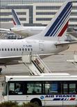 <p>Air France-KLM perdait 2,25% à mi-séance. La compagnie a été contrainte mardi d'annuler 50% de ses vols long-courriers et 30% de ses vols court et moyen-courrier au deuxième jour de la grève contre une proposition de loi encadrant le droit de grève dans les transports aériens. /Photo d'archives/REUTERS/Philippe Wojazer</p>