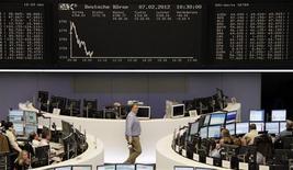 <p>A la Bourse de Francfort. Les Bourses européennes réduisent leurs pertes mardi en fin de séance, les investisseurs espérant un accord rapide en Grèce sur le deuxième plan de sauvetage soumis aux dirigeants des diverses formations politiques du pays. A 17h08, l'indice CAC 40 avance de 0,11%. La Bourse de Londres cède 0,1% et celle de Francfort 0,13% tandis que la place milanaise avance de 0,54%. L'indice paneuropéen EuroStoxx 50 s'adjuge 0,21%. /Photo prise le 7 février 2012/REUTERS/Remote/Sonya Schoenberger</p>