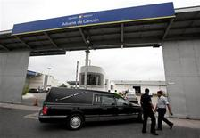 <p>A hearse carrying the body of Monica Beresford-Redman arrives at Cancun's international airport in Mexico, April 28, 2010, for repatriation back to the United States. REUTERS/Gerardo Garcia</p>