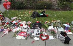 <p>Thirteen-year-old William James Collier of San Antonio, Texas tosses a lemon as he lies on the ground behind a makeshift memorial to singer Whitney Houston on a corner of the Beverly Hilton Hotel in Beverly Hills, California February 13, 2012. REUTERS/Fred Prouser</p>