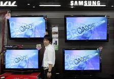 <p>Samsung Electronics a dit mercredi envisager une scission de son activité déficitaire dans les écrans plats à cristaux liquides (LCD), en vue de se concentrer sur les écrans OLED de nouvelle génération appelés en principe à équiper les téléviseurs de demain. /Photo d'archives/REUTERS/Choi Bu-Seok</p>