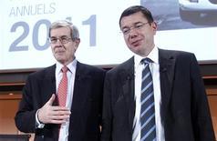 <p>Le président du directoire de PSA Peugeot Citroën, Philippe Varin (à gauche), et le directeur financier du groupe Jean-Baptiste de Chatillon, lors de la présentation des résultats 2011. Le premier constructeur automobile français a annoncé de nouvelles économies et un vaste plan de cessions d'actifs, afin de redresser sa situation financière après un exercice 2011 marqué par une rechute du résultat net. /Photo prise le 15 février 2012/REUTERS/Jacky Naegelen</p>