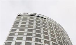<p>AkzoNobel, numéro un mondial de l'industrie de la peinture, a annoncé jeudi qu'il parvenait désormais à répercuter l'essentiel de la hausse des prix des matières premières, qui a pesé sur ses résultats du quatrième trimestre. Le chiffre d'affaires s'inscrit en baisse de 5% à 3,787 milliards d'euros. /Photo d'archives/REUTERS/Jerry Lampen</p>