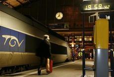 <p>Les résultats de la SNCF ont chuté l'an dernier de près de 82%, soit 534 millions d'euros, en raison d'une dépréciation de la valeur de ses rames de TGV, trop nombreuses et vieillissantes. La SNCF a ainsi dégagé un résultat net 2011 limité à 125 millions d'euros, après avoir passé 700 millions d'euros de dépréciations sur les TGV. /Photo d'archives/REUTERS/Pascal Rossignol</p>