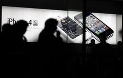 <p>Apple a vu sa part du marché chinois des smartphones reculer fin 2011 pour le deuxième trimestre consécutif face à la concurrence des constructeurs locaux et à l'attentisme de certains acheteurs avant la commercialisation de son iPhone 4S. /Photo prise le 13 janvier 2012/REUTERS/Carlos Barria</p>