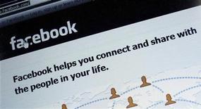 """<p>Un étudiant britannique qui avait réussi à pénétrer l'an dernier le réseau interne de Facebook, exposant selon la justice le site à des conséquences """"désastreuses"""", a été condamné vendredi à huit mois de prison. /Photo prise le 2 février 2012/REUTERS/Michael Dalder</p>"""
