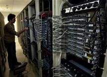 <p>Imagen de archivo de un ingeniero en computación revisando una serie de equipos en un proveedor de internet en Teherán, feb 15 2011. Los iraníes se enfrentaban el lunes a una segunda y más extensa interrupción de internet, una semana después de que el correo electrónico y los sitios de redes sociales fuesen bloqueados, elevando los temores a una censura estatal de cara a las elecciones parlamentarias. REUTERS/Caren Firouz</p>