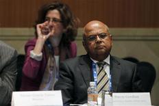 <p>Le ministre sud-africain des Finances Pravin Gordhan, lors d'une réunion des ministres des Finances et des banquiers centraux des pays du G20, samedi à Mexico. Les principales puissances émergentes de la planète -surnommés BRICS (Brésil, Russie, Inde, Chine et Afrique du Sud)- ont publiquement rejeté dimanche le principe selon lequel la présidence de la Banque mondiale revient de facto à une personnalité américaine et ont dit songer à présenter leur propre candidature lorsque le mandat de Robert Zoellick arrivera à échéance. /Photo prise le 25 février 2012/REUTERS/Edgard Garrido</p>