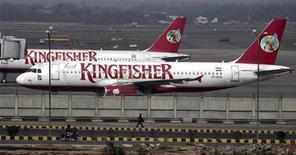 <p>La compagnie aérienne indienne Kingfisher Airlines discute avec deux concurrentes étrangères d'un plan de sauvetage qui pourrait être annoncé dans les jours à venir, a déclaré son président Vijay Mallya, sans en révéler les noms. /Photo prise le 21 février 2012/REUTERS/Parivartan Sharma</p>