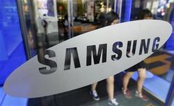 <p>Samsung Electronics veut multiplier par près de deux ses ventes de smartphones cette année par rapport à 2011, a déclaré JK Shin, directeur général de la division mobile du groupe sud-coréen, des propos qui annoncent une intensification de la bataille avec Apple sur ce segment très lucratif. /Photo d'archives/REUTERS/Jo Yong-Hak</p>