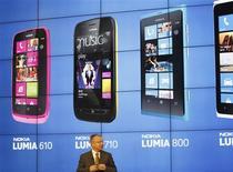 """<p>Le président de Nokia Stephen Elop au salon """"Mobile World Congress"""" (MWC) à Barcelone. Nokia a dévoilé lundi le smartphone Lumia 610 équipé du système d'exploitation Windows et destiné à être vendu à un prix inférieur à ceux d'autres modèles équivalents de sa gamme, une initiative censée lui permettre de regagner des parts de marché. /Photo prise le 27 février 2012/REUTERS/Gustau Nacarino</p>"""