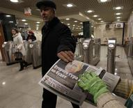 <p>Distribution de journaux gratuits dans le métro de Moscou. Vladimir Poutine, élu dimanche dès le premier tour à la présidence russe, doit faire face à de nouvelles manifestations lundi lancées à l'appel de l'opposition qui dénonce des fraudes massives. Selon le dépouillement de la quasi-majorité des bulletins, l'actuel Premier ministre obtient 64% des voix. /Photo prise le 5 mars 2012/REUTERS/Sergei Karpukhin</p>