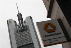 <p>Commerzbank augmentera son capital de 776 millions d'euros au premier semestre 2012 par le biais d'un rachat d'instruments hybrides. /Photo d'archives/REUTERS/Alex Domanski</p>