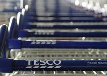 <p>Tesco, premier distributeur en Grande-Bretagne, prévoit d'ouvrir de nouveaux magasins et de créer 20.000 emplois dans le pays au cours des deux prochaines années, le groupe voulant ainsi se relancer après avoir perdu des parts de marché ces derniers années. /Photo d'archives/REUTERS/Luke MacGregor</p>