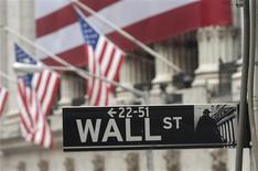 <p>Wall Street a ouvert en repli lundi, les investisseurs jouant la prudence après la révision à la baisse de l'objectif de croissance de la Chine et les nouveaux signes d'une contraction de l'activité du secteur privé en Europe. Dans les premiers échanges, le Dow Jones reculait de 0,24%. Le Standard & Poor's cédait 0,28% tandis que le Nasdaq abandonnait 0,27%. /Photo d'archives/REUTERS/Chip East</p>