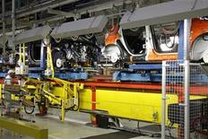 <p>Chaîne d'assemblage dans l'usine PSA de Poissy, près de Paris. PSA Peugeot Citroën a dévoilé mardi les modalités de l'augmentation de capital d'environ 1,0 milliard liée à son alliance avec General Motors, une opération marquée par une importante décote qui permettra au groupe américain de prendre 7,0% du capital. /Photo prise le 27 janvier 2012/REUTERS/Benoît Tessier</p>