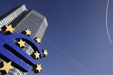 <p>La Banque centrale européenne devrait laisser entendre jeudi qu'elle a fait sa part du travail dans l'endiguement de la crise de la dette souveraine en réduisant ses taux et en prêtant des centaines de milliards d'euros aux banques, pour renvoyer la balle aux Etats membres de la zone euro. /Photo prise le 27 janvier 2012/REUTERS/Kai Pfaffenbach</p>