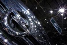 <p>Lors du Salon de l'automobile de Genève, Steve Girsky, un des vice-présidents de General Motors, a déclaré que l'alliance avec PSA Peugeot Citroën n'était qu'un aspect du plan concocté par GM pour remettre sur pied sa filiale européenne déficitaire Opel. /Photo prise le 6 mars 2012/REUTERS/Valentin Flauraud</p>