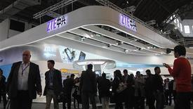 """<p>Le stand du fabricant chinois de téléphones mobiles ZTE au salon Mobile World Congress à Barcelone. Avec 2.826 demandes de brevets publiées en 2011, ZTE a pris la première place au japonais Panasonic (2.463 demandes) au classement des principaux déposants de demandes liées à la propriété intellectuelle. Les dépôts, en hausse de 10% à 181.900 demandes en 2011, ont atteint un niveau record, portés notamment par les pays """"BRIC"""" (Brésil, Russie, Inde et Chine). /Photo prise le 27 février 2012/REUTERS/Albert Gea</p>"""