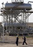 <p>Les cours du pétrole brut ont fini en baisse mardi sur des craintes liées à la Grèce et à la croissance économique mondiale. /Photo d'archives/REUTERS/Mohammed Ameen</p>