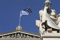 <p>La Grèce a accentué la pression mardi sur ses créanciers pour mener à bien l'échange obligataire qui lui permettra de réduire son endettement, tandis que le principal représentant des porteurs d'obligations chiffrait à 1.000 milliards d'euros les dégâts en cas de défaut non encadré du pays. /Photo d'archives/REUTERS/John Kolesidis</p>
